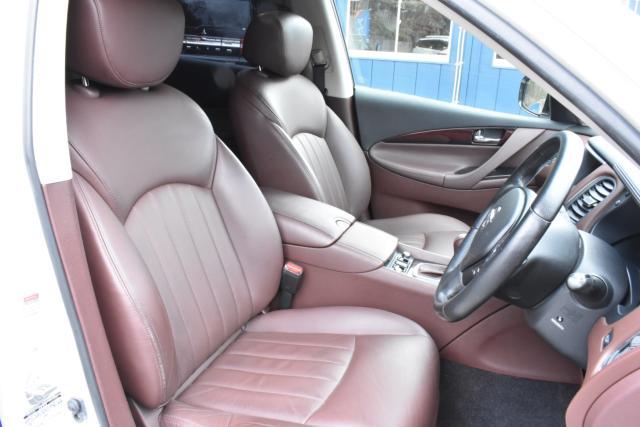 タイプP専用ブラウンレザーシートは高級感があります!シートは電動で調整可能!シートヒーターで寒い時期の運転も快適です!