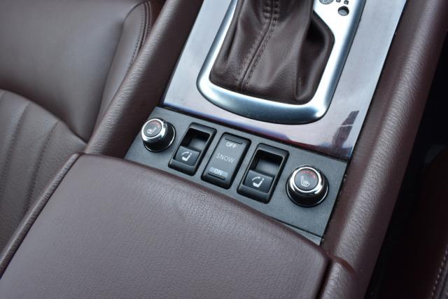 シートヒーターで寒い時期の運転も快適です!後部座席は電動で倒したり、起こしたり出来ます!