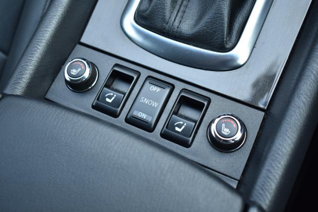 シートヒーターで寒い時期の運転も快適です!また後部座席は倒した際に電動で起こす事が可能です!
