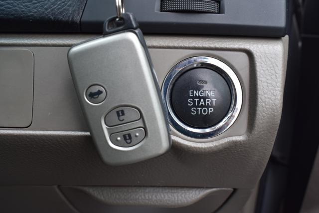 スマートキー、エンジンプッシュスタートでお車のロック、アンロック、エンジン始動も楽々です!
