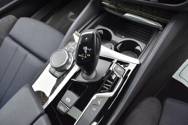 iDriveコントローラーでナビ、オーディオ、車両設定等の操作が可能です!電気式パーキングブレーキはホールド機能もございます!