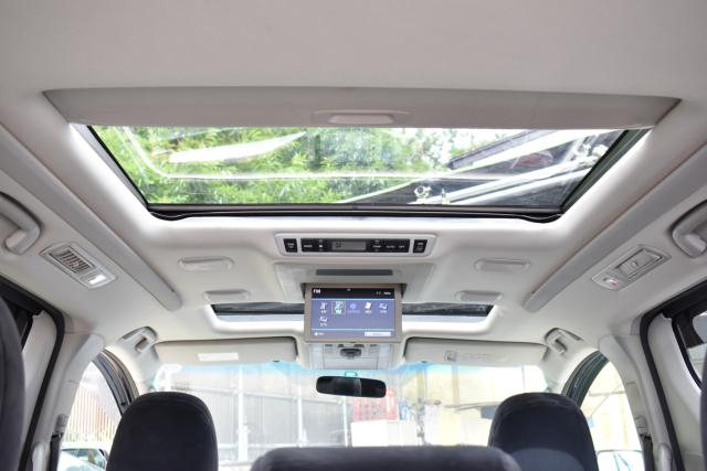 ツインムーンルーフは解放感があります!フリップダウンモニターでDVD、フルセグテレビが視聴可能!トヨタプレミアムサウンドシステム装備車!天井にスピーカーが埋め込まれており、音響もとても良いです!