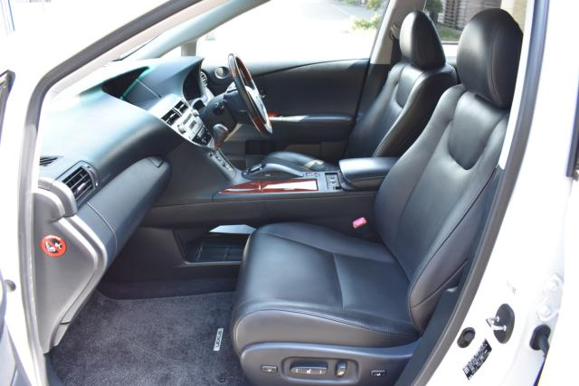 ブラックレザーシートは高級感があります。シートヒーター&エアコン パワーシート メモリーシート等、機能充実です!