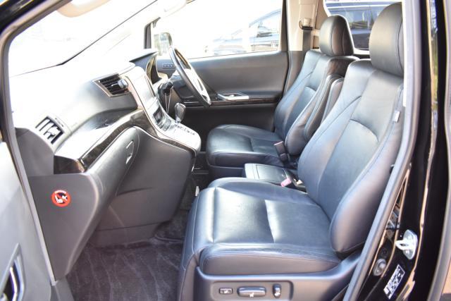 運転席、助手席はブラックレザーシートで電動でシートポジションを調整可能です!シートヒーターで寒い時期のドライブも快適です!助手席はオットマンシートです!