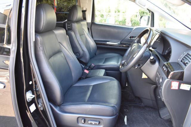 運転席、助手席はブラックレザーシートで電動でシートポジションを調整可能です!シートヒーターで寒い時期のドライブも快適です!マイコンプリセットもございます!
