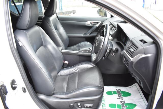 ブラックレザーシートは高級感があります!シートヒーターで寒い時期のドライブも快適です!運転席は電動パワーシートになります!