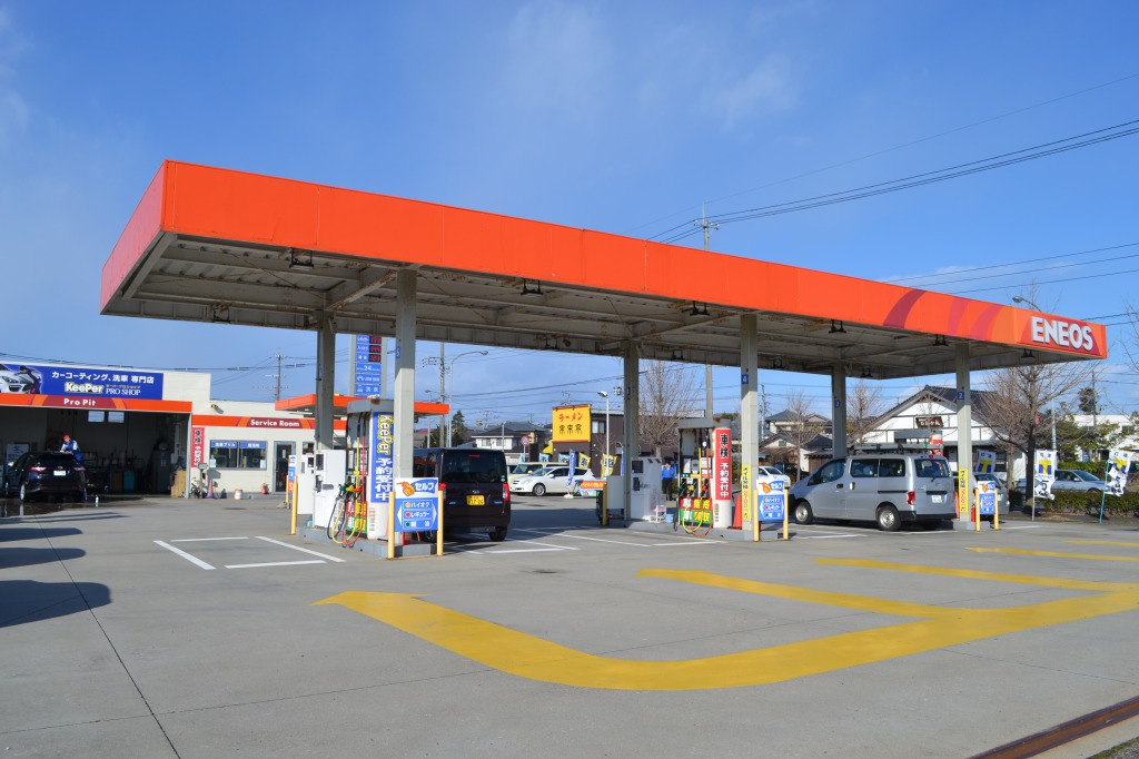 ENEOSのガソリンスタンドを併設しております。<br /> 給油、洗車、オイル交換、タイヤ交換、整備・車検など何でもお気軽にご利用くださいませ☆