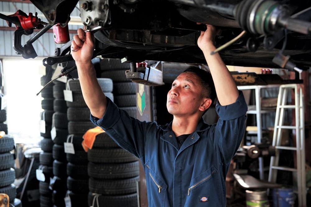 国家資格を持つ4人の整備士がお客様の大切なお車を修理、メンテナンスします!!